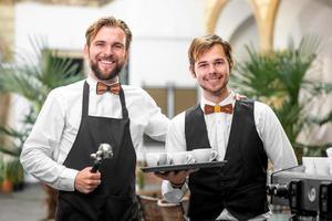 retrato de barista e garçom foto