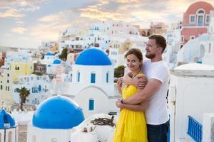 noivos no fundo da romântica cidade da Grécia.