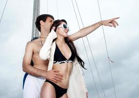 jovem casal a bordo do iate durante as férias