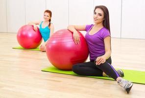 duas garotas no clube de fitness foto