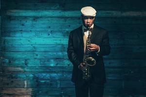 músico de jazz americano africano vintage com saxofone. foto