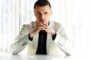 empresário confiante, sentado à mesa
