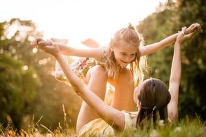 mãe e criança brincando foto