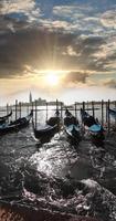Veneza com gôndolas no grande canal na Itália