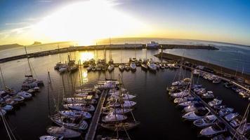 marina de iates de vista superior na costa espanhola blanca - altea