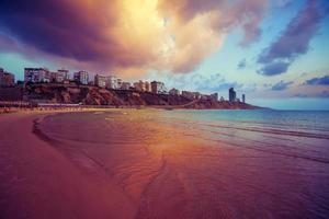 cidade de netanya ao pôr do sol, costa do mar. Israel. foto