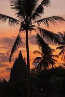pôr do sol no templo de prambanan, yogjakarta, indonésia