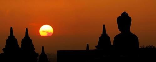 silhueta de manhã da imagem de Buda no templo de borobudur, yogyakart