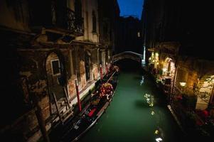 rua de água bonita no grande canal de noite em Veneza, Itália foto