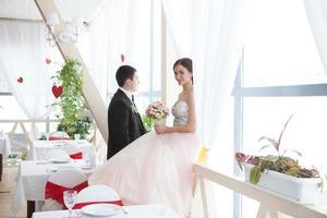 jovem casal de noivos foto