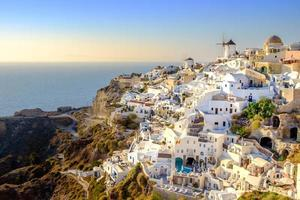 vista da bela vila de oia, santorini, grécia foto