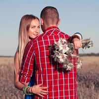 história de amor. lindo casal jovem andando no Prado, ao ar livre foto