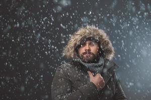 homem bonito na tempestade de neve