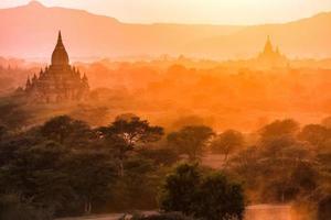 paisagem de pagode ao entardecer em bagan foto