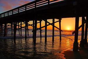 cais de praia na Califórnia ao pôr do sol foto