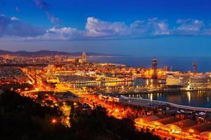 port vell e cityspace de barcelona na noite