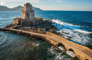 vista do mar e ruínas da fortaleza de methoni, peloponeso, grécia foto