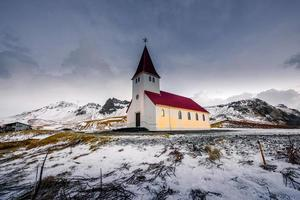 antiga igreja de madeira vermelha, vik, islândia foto