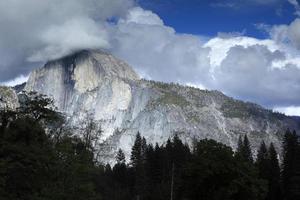 nuvens no parque nacional de meia domeyosemite, EUA, maio de 2010