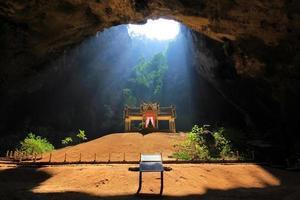 belo pavilhão na caverna com o raio de sol foto