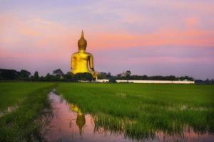 maior Buda da Tailândia, província de Ang Thong foto