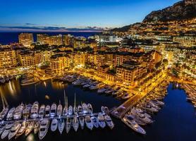 vista aérea no porto de fontvieille e monaco com iates de luxo foto