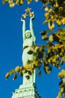 monumento da liberdade no dia de outono sem nuvens do centro de riga foto