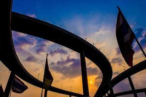 ponte de bhumibol, a ponte industrial da estrada de anel ao entardecer foto