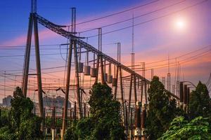 subestação elétrica de alta tensão com transformadores foto