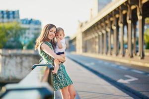 linda jovem mãe com seu filho em paris foto