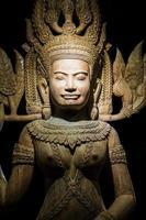 arte de escultura em madeira do camboja foto
