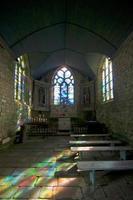 reflexões de cor em uma pequena capela foto