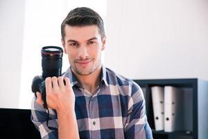 homem feliz, segurando a câmera fotográfica