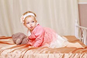 menina de vestido foto