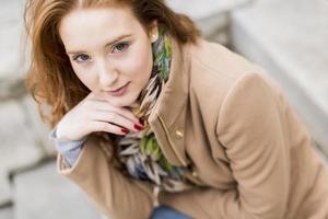 mulher jovem ruiva foto