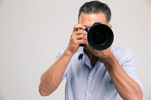 retrato de um jovem fotógrafo com câmera
