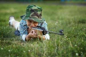 menino com pistola pneumática foto