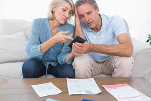 casal preocupado repassando suas dívidas