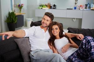 casal relaxando em um sofá foto