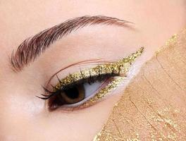 maquiagem dos olhos de moda dourada