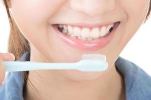 closeup tiro de mulher escovando os dentes foto