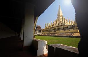 pha que luang stupa em vientiane foto