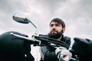 motociclista com uma barba em sua motocicleta
