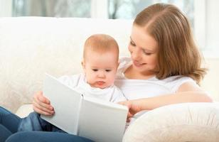 mãe lendo livro um bebê