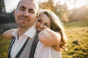 lindo casal andando foto