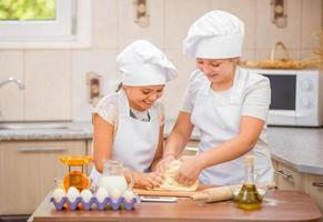 duas meninas cozinham foto
