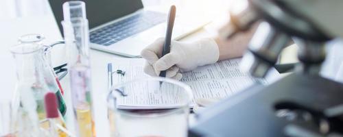 cientista anotando pesquisa no formulário foto