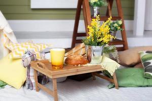 café da manhã na varanda aconchegante