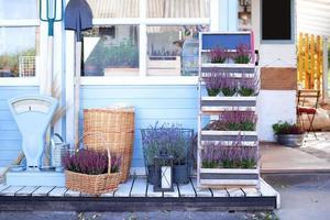 cestas de vime cheias de flores foto
