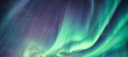 aurora boreal no céu noturno foto